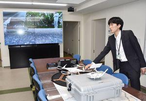 小型無人機ドローンを使った中継システムを導入した危機管理室=佐賀市役所