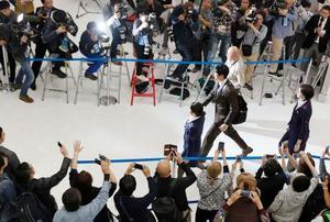 成田空港に到着した米大リーグ、エンゼルスの大谷翔平選手(中央右)=21日午後