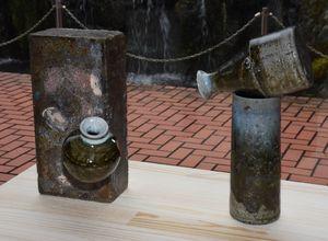 窯の耐火レンガにくっついた一輪挿し(左)と花入れが重なってしまった作品。いずれも花入れとして使われている