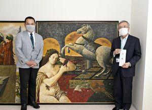 絵を寄贈した西九州大学短期大学部の牛丸和人教授(左)と目録を受け取った福元裕二学長=佐賀市神園の同大