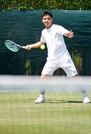 田島選手が全英前に天然芝確認 佐賀テニスクラブ
