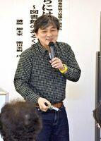 「傍らにはいつも本が」の演題で講演した脚本家の園田英樹氏=基山町立図書館
