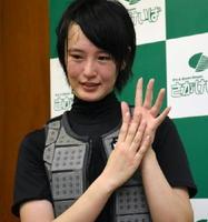 レース後の会見でJRAと地方競馬合わせて9勝目を挙げ、指で「9」としてみせる藤田騎手=佐賀競馬場