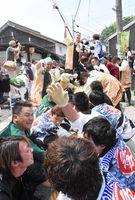 呼子大綱引で、力を込めて豊作をたぐり寄せた岡組の男衆=唐津市呼子町の三神社前