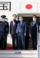 日米とオーストラリア、インド4カ国の首脳会合に出席するため、米国へ出発する菅首相(右から2人目)=23日午後、羽田空港