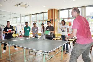 卓球を通じて、親交を深めた参加者=佐賀市の県国際交流プラザ