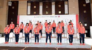 ソフトボールで金メダルを獲得し一夜明けの記者会見に臨んだ上野(前列右から3人目)、宇津木監督(同右端)ら日本代表=28日、東京都内(代表撮影)