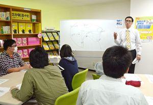 県内での就職希望者に佐賀で働く魅力を伝えるキャリアアドバイザーの高木耕一郎さん=佐賀市のジョブカフェSAGA