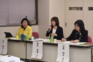 普段の活動や女性議員の現状について語った(左から)山下明子議員、富永明美議員、白倉和子議員=佐賀市のほほえみ館