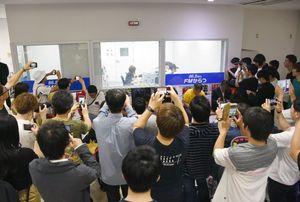 生放送を観覧しに、スタジオの前に集まったファンたち