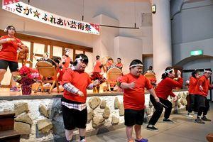 にぎやかな太鼓の演奏に踊り手も加わり、ステージを盛り上げた=佐賀市三瀬村のどんぐり村