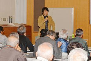 副島種臣の知られざる側面について講義する三ツ松誠さん=佐賀市立図書館