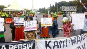 国際協力機構(JICA)が支援するインドネシアの石炭火力発電所事業に抗議する人々=2017年1月、インドネシア・インドラマユ県(WALHI INDONESIA、気候ネットワーク提供)