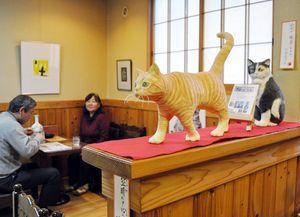 今にも動き出しそうなネコの人形=佐賀市の「こうひいや竹嶋」