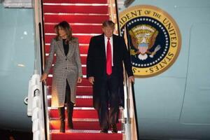 北大西洋条約機構(NATO)首脳会議から帰国し、大統領専用機から降りるトランプ米大統領(右)とメラニア夫人=4日、アンドルーズ空軍基地(AP=共同)