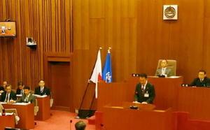 3月定例議会で答弁に立つ峰達郎唐津市長。6月議会で真価が問われる=唐津市議会議場