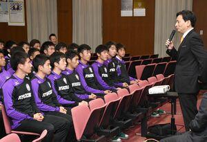 全国大会に出場する龍谷高サッカー部を激励した山口祥義知事(右)=佐賀市の同校
