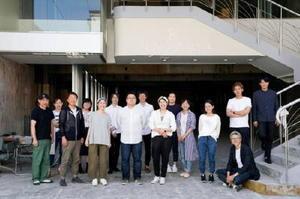 7月中旬から順次オープンする「オン・ザ・ルーフ」の入居予定者と、ビルを改修・運営する西村浩さん(左から3人目)ら=佐賀市呉服元町