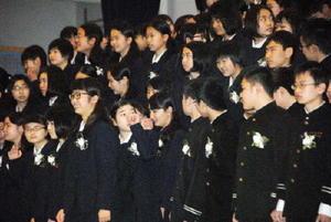 感謝の思いを胸に、最後の合唱を終えた卒業生たち=佐賀市の城南中学校
