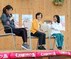 トークショーで談笑する大会ゲストの増田明美さん(中央)と道下美里さん(右)=佐賀市の656広場