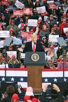 17日、米ミシガン州マスキーゴンの集会で演説するトランプ大統領(共同)