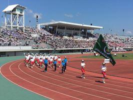 2018高校総体が開幕。開会式で堂々と行進する各学校の生徒たち=佐賀県総合運動場