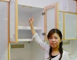 地震の揺れを感知して扉を自動でロックする金具「耐震ラッチ」を付けた食器棚。熊本地震以降、販売が増えている=佐賀市諸富町のレグナテック