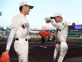 試合後、先発した安在悠真(右)にボールを手渡し、声を掛ける森田直哉=甲子園