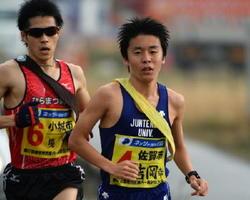 区間賞の走りを見せた佐賀市の吉岡幸輝(右)=2区