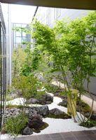 本館と別館の間に設置された庭園=佐賀市多布施の松尾建設新社屋
