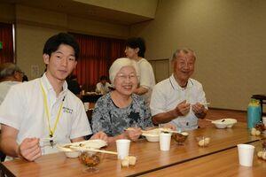 食事中に笑みがこぼれる学生と利用者ら=吉野ヶ里町の三田川健康福祉センター「ふれあい館」