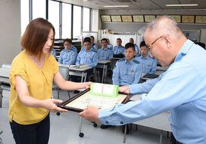 香月幸太郎署長(右)から感謝状を受け取る副島恵美子さん=神埼警察署