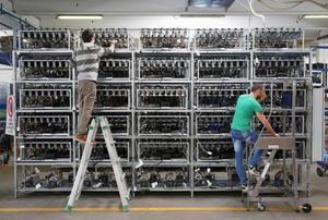 イタリアにある施設に設置されたビットコインのマイニング用機械=4月(ロイター=共同)