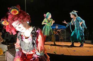 宵闇の中、水に浮かぶ回転舞台の上で上演する野外劇団「楽市楽座」=佐賀市の県立博物館前