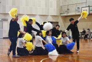 体育大会でダンスを披露する中学生=伊万里市の滝野小中学校