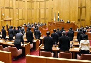 諫早湾干拓事業の開門を求める意見書案に起立して賛成する議員=佐賀県議会