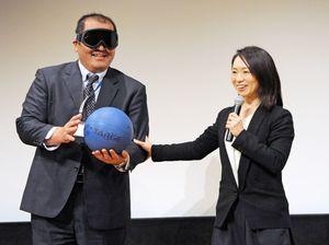 視覚を遮るゴーグルとゴールボールを使って競技を紹介する浦田理恵さん=小城市のドゥイング三日月