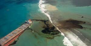 インド洋のモーリシャス沖で、座礁した大型貨物船から流出した重油=9日(フランス国防省提供、AP=共同)