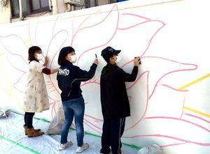 壁画に協力する地元の住民ら=多久市