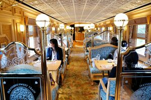 特別な旅気分を演出するスイーツトレイン「或る列車」のきらびやかな車内(1号車)
