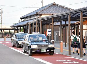 JR小城駅で待機する小城タクシー。業界は運転手不足と高齢化が進んでいる=小城市