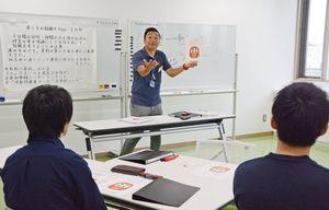 就職に向けた心構えを説くさが若者サポートステーションの松尾雅章氏=佐賀市白山の市青少年センター