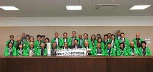 山口祥義知事(中央)と記念写真を撮った関西佐賀県人会の会員ら=佐賀市の佐賀県庁