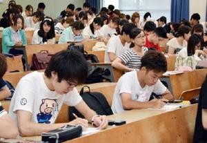 参院選後のアンケートに答える経済学部1年生=佐賀大学本庄キャンパス