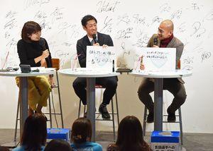 フリップを使い、お互いの良いところを出し合うサガン鳥栖の吉田選手(右)と高橋選手(中央)=佐賀市