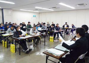 大会要項などを確認した東西松浦駅伝の監督会議=唐津市文化体育館