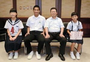 左から田嶋杏美さん、小畑大樹さん、岩島正昭町長、赤木千咲さん=太良町役場