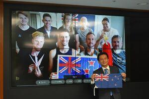 ニュージーランドの選手団とオンラインで面談した山口祥義知事=佐賀市の佐賀県庁