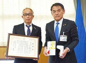 峰達郎市長(右)に非接触型の体温計を手渡した唐津法人会の岩本真二会長=唐津市役所