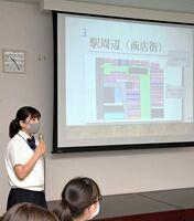 基山町の活性化策などについてプレゼンテーションする生徒たち=基山町役場